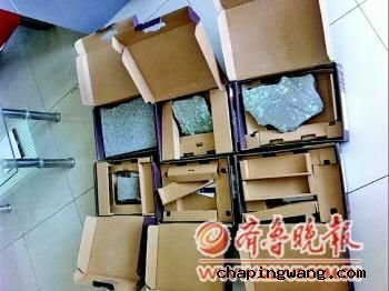 装电脑的几个箱子中装的是石块。